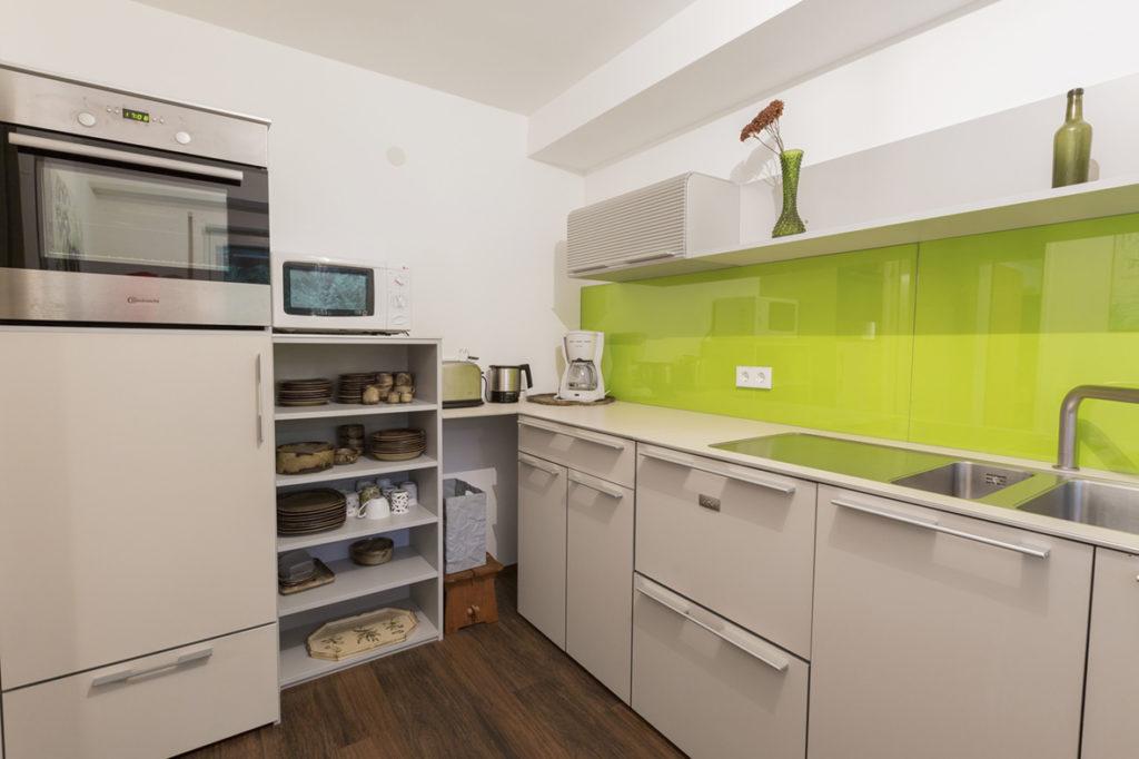 Schöne moderne und vollausgestattete Küche mit Backofen und Mikrowelle