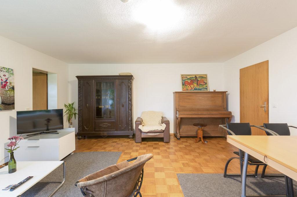 Großzügiges Wohnzimmer Esstisch, Klavier und Fernsehecke