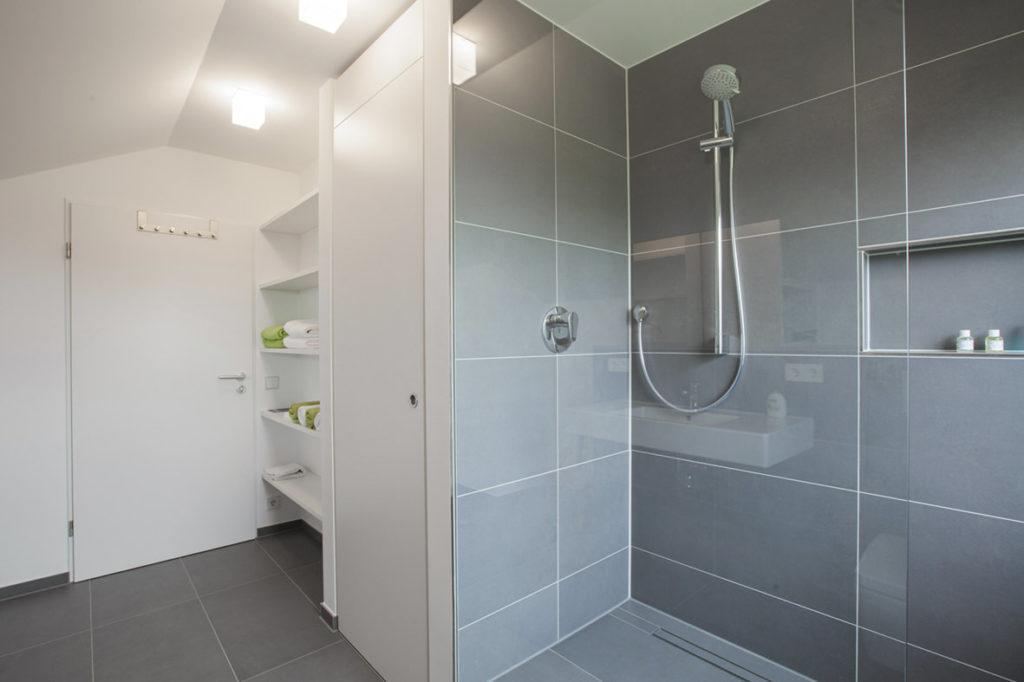 Super schönes Bad mit großer begehbarer Dusche
