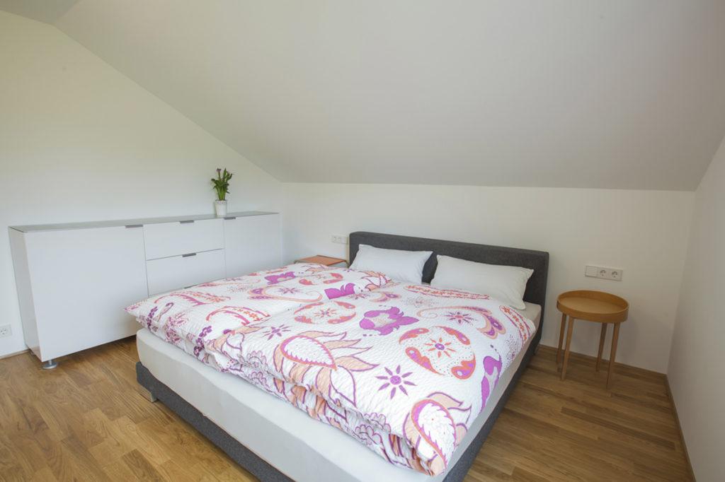 Großes Ferienwohnung Schlafzimmer mit gemütlichem Doppelbett und schöner Kommode