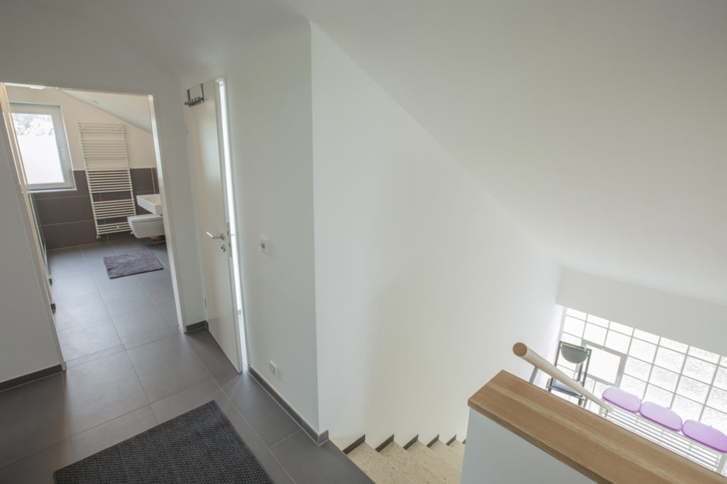 Treppenaufgang zur modernen Dachgeschoß Ferienwohnung
