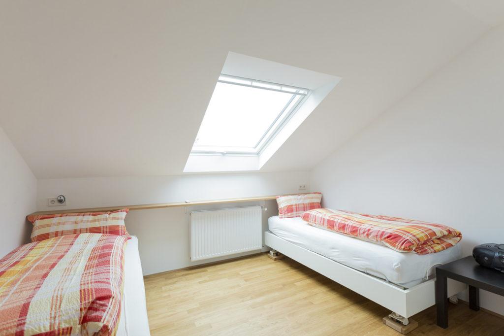 Großes Schlafzimmer mit wahlweise Einzelbetten oder Doppelbett mit Dachfenster
